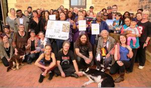 南オーストラリアを世界の核のゴミ捨て場にすることに反対して集まった人びと。2015年5月、ポート・オーガスタにて