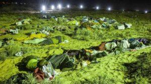 2012年9月9日、3万人の抗議行動の後、数千人が砂浜に泊まった