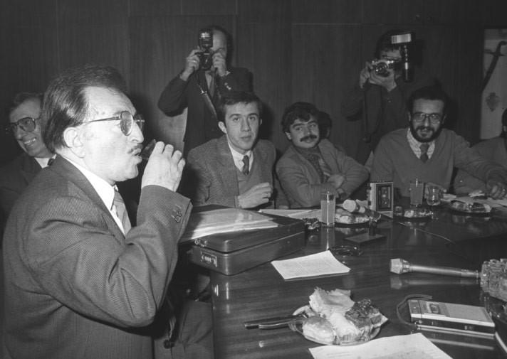 チェルノブイリ原発事故当時の産業通商大臣であるジャヒット・アラルは、報道のカメラの前で紅茶を飲むパフォーマンスを行なった。