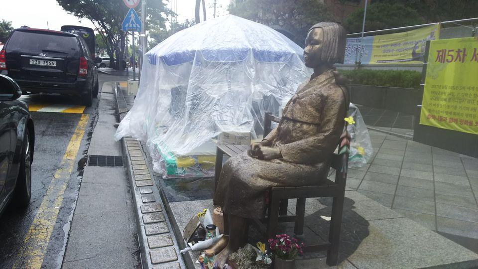 日本大使館前の従軍慰安婦少女像